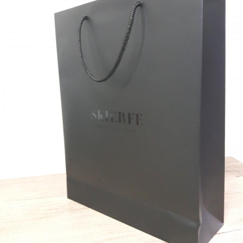 200 gsm chrome matt paper, printed 1+ 0  offset (inside black too) + matt laminate 28 microns and partial UV varnish on the logo + 34 cm black polyester handle. Size: 28 x 35 x 9 cm