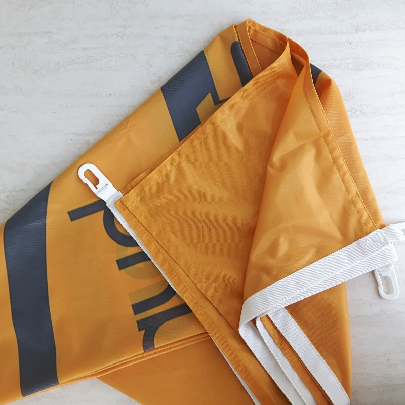 125 gsm polyester textile, reinforced hem with carabine hooks. Size: 150 x 200 cm