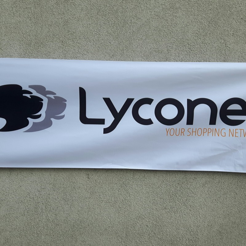 210 gsm polyester textile, 4 eyelets, tunnel with wooden pole. Size: 60 x 200 cm
