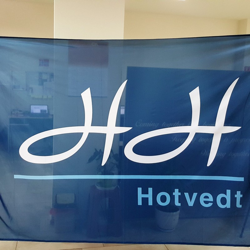 110 gsm polyester textile, SUN inks printed, reinforced tunnel for pole, 2 carabine hooks and 2 D-rings. Size: 250 x 170 cm
