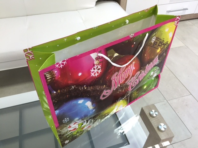 170 gsm glossy paper, fully-colored offset with glossy laminate. Size: 50x35x15 cm.