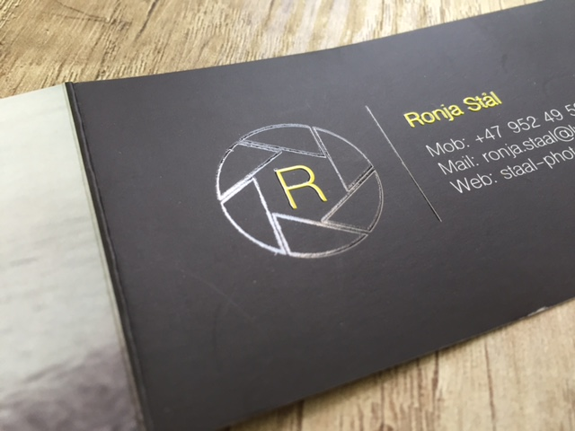 350 gsm paper, 4+4 (CMYK) offset printed, double-sided matt laminate + double-sided partial volumeric UV varnish, cut to size 9 x 5 cm closed and 18 x 5 cm opened