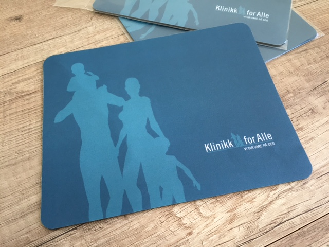 1 mm rubber and 240 gsm offset cardboard, pasted together, 250 microns laminate, one-sided CMYK printed. Size: 202 x 162 mm