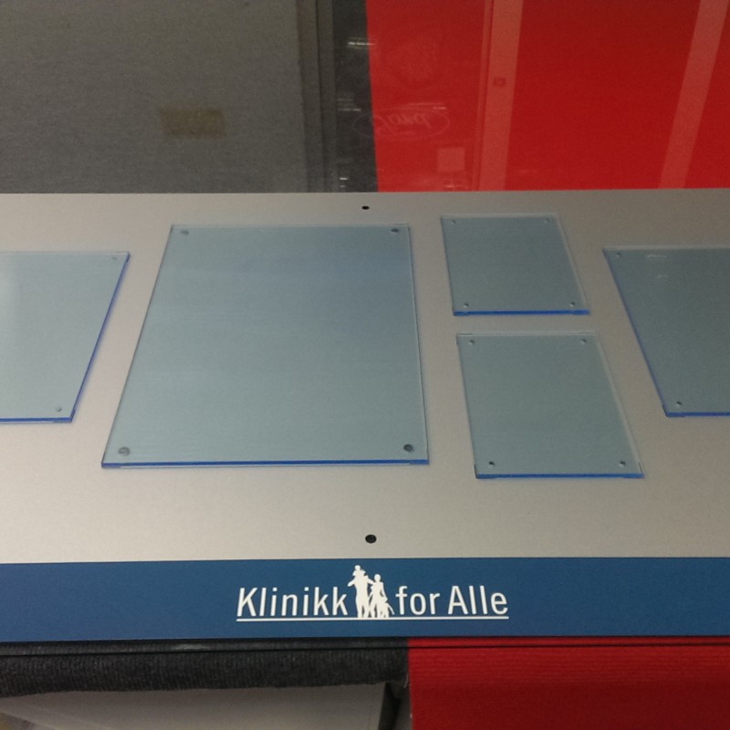 Body made of 3 mm Aluminum composite panel (ACP), 15 acrylic infosheet holders attached with magnets. Branding with contour cut foil logo. Size: 1.10 x 0.72 m