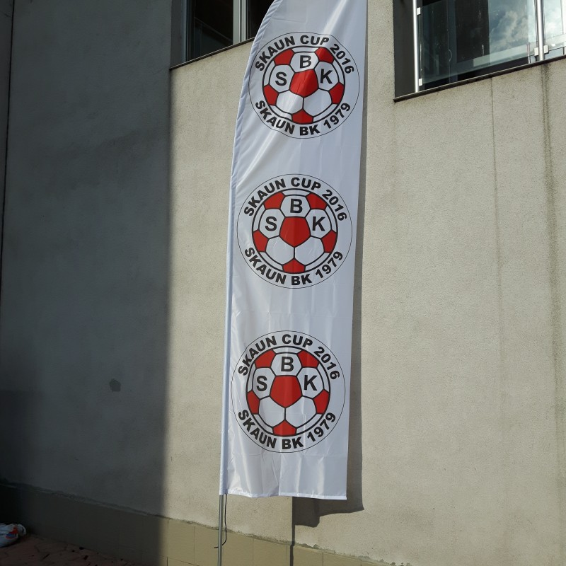 117 gsm knitted polyester flag with stand and cross base. Size: 4 x 1 m.