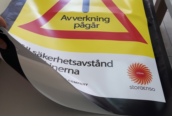 680 gsm Heytex vinyl,  1200 dpi Latex printed, welded long sides. Size: 156 x 61 cm