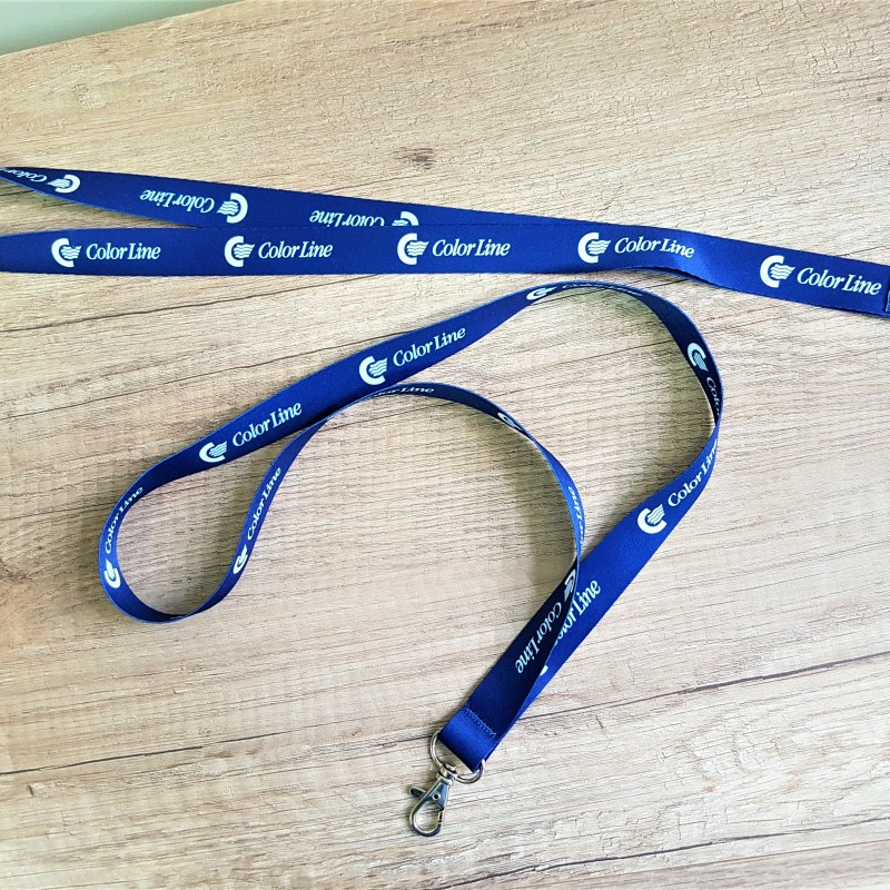 Polyester textile, printed in PMS 280 with white logo, metal carabiner. Size: 10 mm width