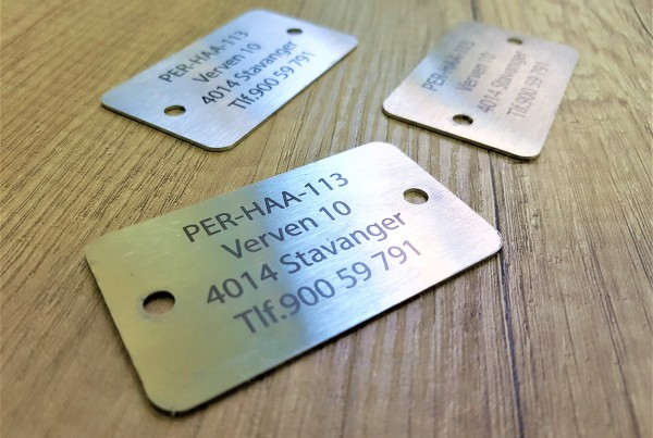 1 mm brushed stainless steel, black engraved logo, 2 holes, rounded corners Size: 40 x 70 mm