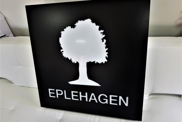 3 mm aluminum composite panel, mounted on aluminum construction; 3 mm, opal acrylic logo, LED lighted. Size: 800 x 800 mm