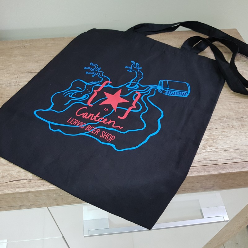 110 gsm black cotton, silk-screen printed in 2 colors logo on both sides, long handles. Size: 41 x 38 cm