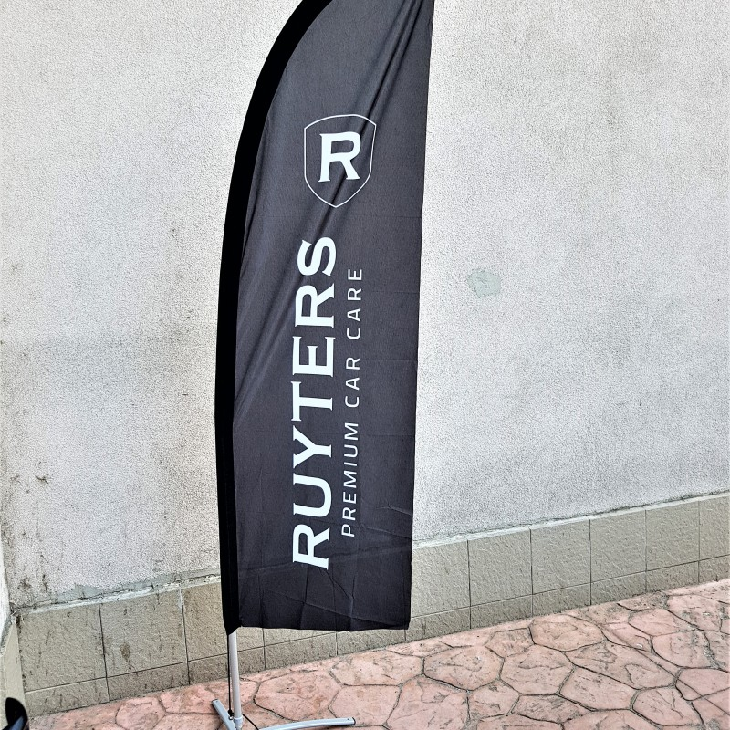 117 gsm polyester flag, 720 dpi printed, reinforced tunnel. Size: 0.7 x 2 m