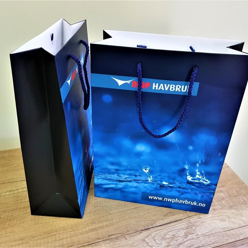 200 gsm chrome paper, 4 + 0 CMYK, glossy laminate, dark blue handles. Size: 24 x 32 x 10 cm