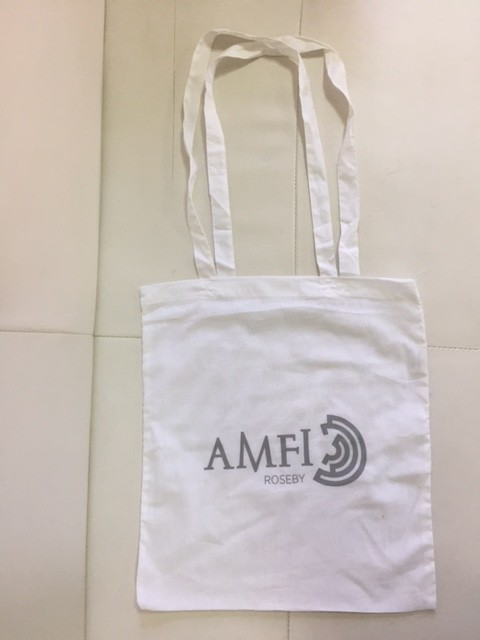 110 gsm white cotton, silk-screen printed in 1 color on one side, long handles. Size: 37 x 41 cm