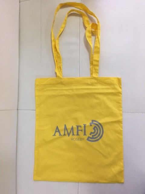 110 gsm yellow cotton, silk-screen printed in 1 color on one side, long handles. Size: 37 x 41 cm