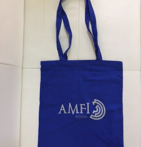 110 gsm blue cotton, silk-screen printed in 1 color on one side, long handles. Size: 37 x 41 cm