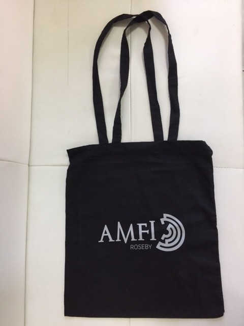 110 gsm black cotton, silk-screen printed in 1 color on one side, long handles. Size: 37 x 41 cm