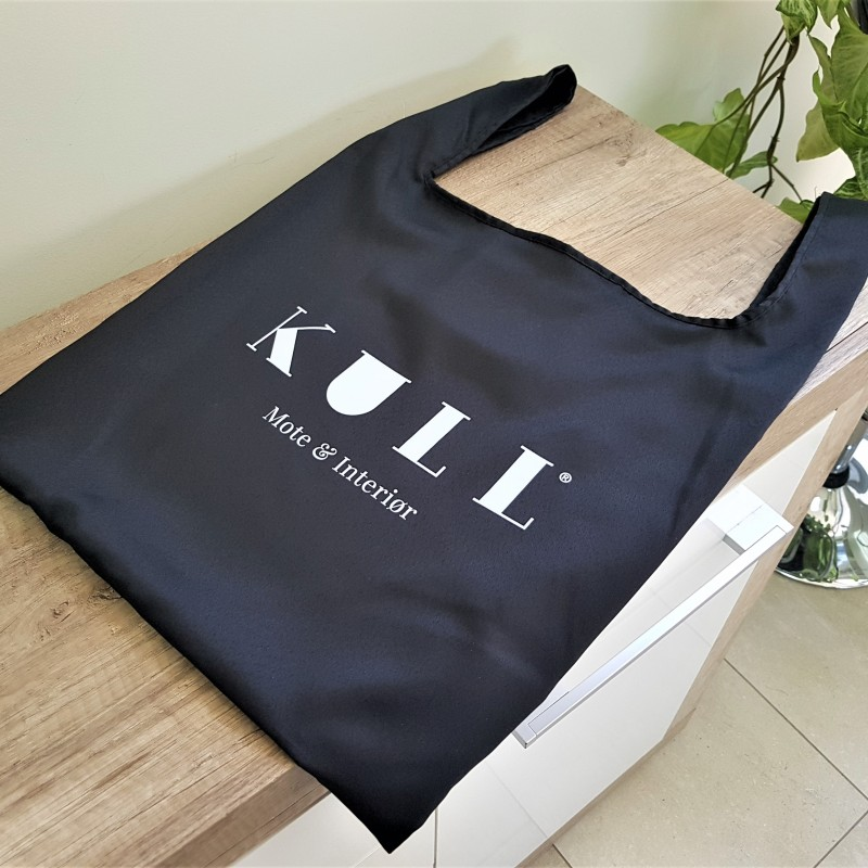 110 gsm black polyester textile, 1 color printed on both sides, handles. Size: 41 x 65 cm