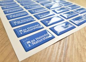 White PVC foil + doming gel, printed CMYK Size: 40 x 20 mm