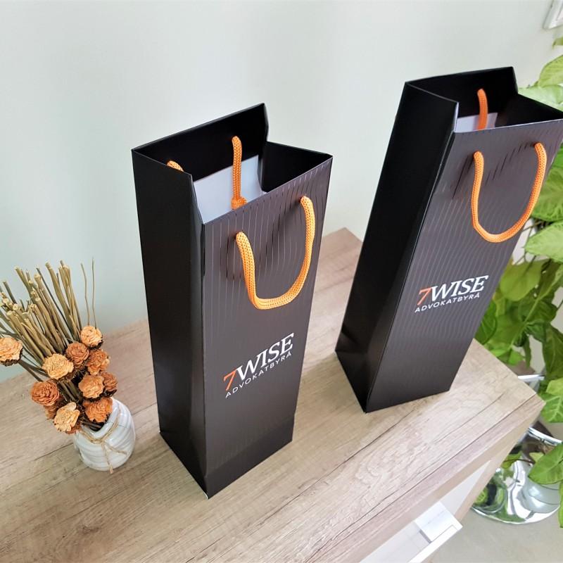 200 gsm white chrome matt paper, 2 + 0 + partial UV varnish. Orange cotton handles, reinforced bottom. Size: 12 x 39 x 10 cm