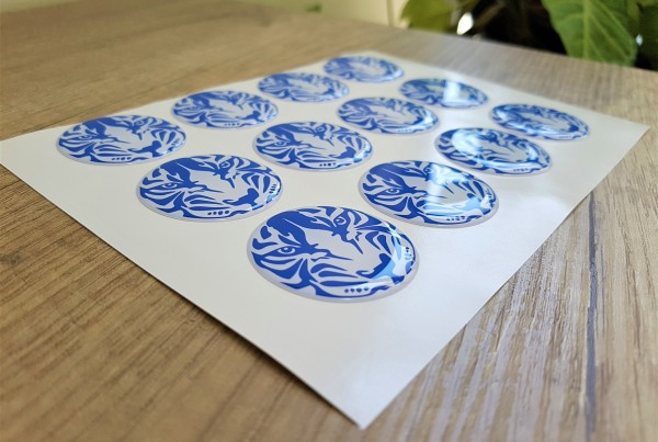 White PVC foil + doming gel, printed CMYK Size: Ø 38 mm